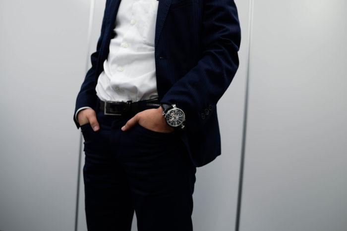 スーツ姿の着用画像