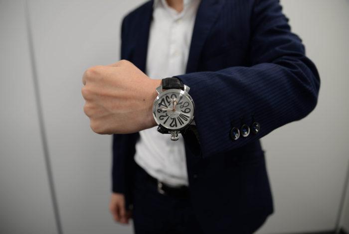 小林さんの腕にお洒落にきまる腕時計