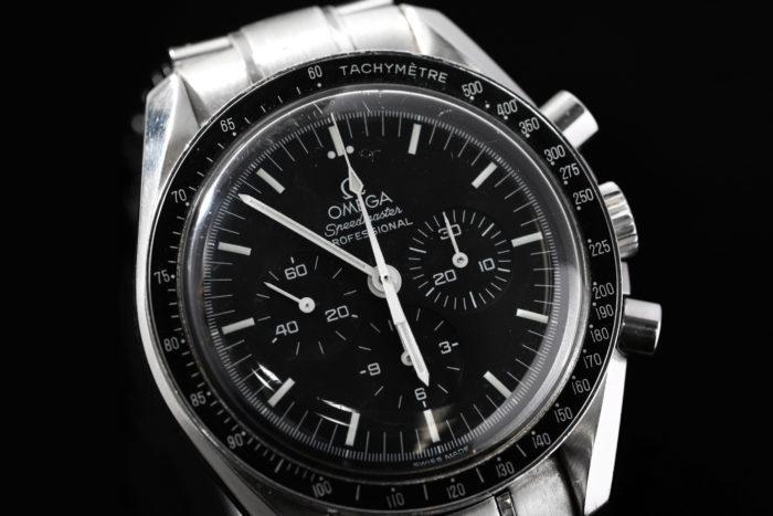 西岡さんの腕時計はオメガのスピードマスター