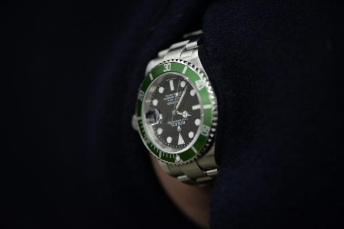 西崎さんの腕時計はロレックスのグリーンサブマリーナ