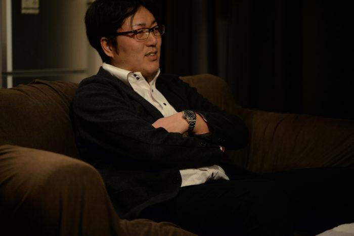 腕を組む西崎さん