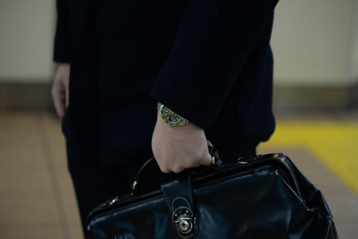 鞄をもつ西崎さん