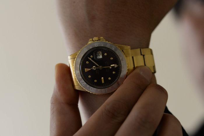 GMTマスターのフェイスに手を添えるsakae8701さん
